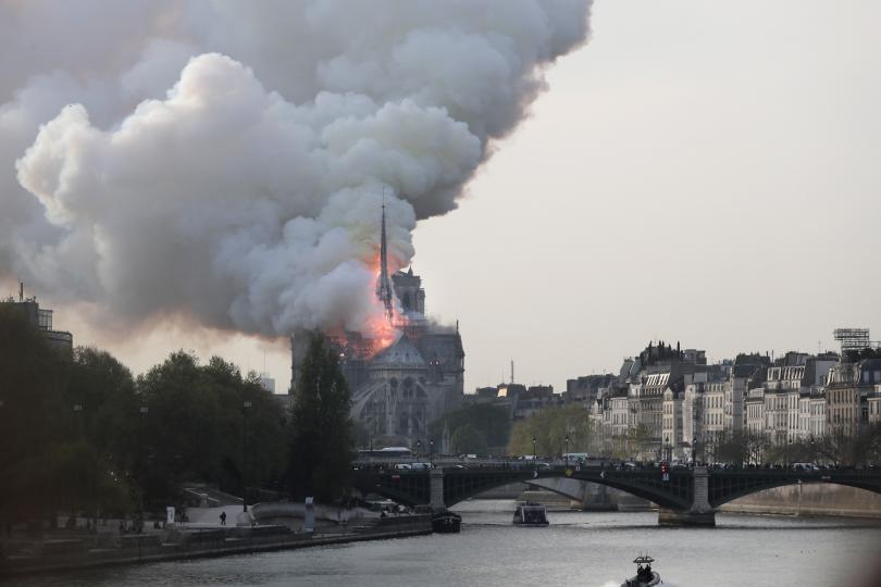 снимка 2 Пожар избухна в катедралата Нотр Дам в Париж