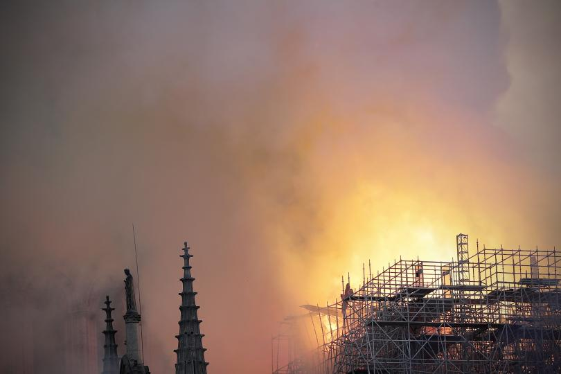 снимка 3 Пожар избухна в катедралата Нотр Дам в Париж