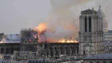 Основата и двете кули на Нотр Дам са спасени от огъня