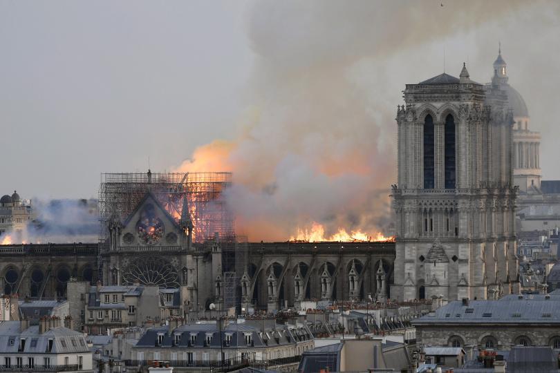 основата кули нотр дам спасени огъня