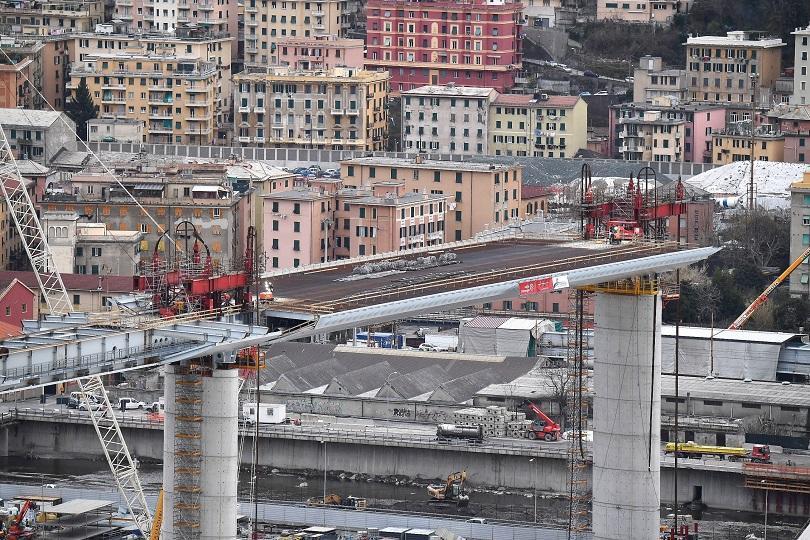 Завършиха колоните на новия мост в Генуа
