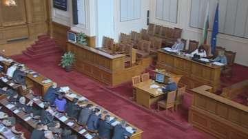 Парламентът започна работа с час закъснение от трети опит за кворум