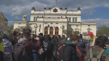 Демонстрация пред парламента за легализиране на марихуаната