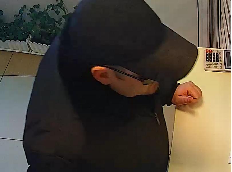 снимка 2 МВР издирва мъж, съпричастен към грабежа на обменно бюро в Шумен (СНИМКИ)