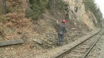 Обрушват превантивно проблемното трасе на линията между Якоруда и Белица