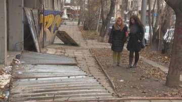 Ограда на изоставен строеж падна върху майка и дете