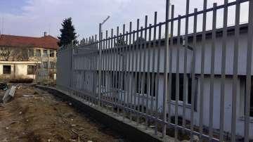 Всички участъци от оградата на бежанския център в Харманли ще бъдат укрепени