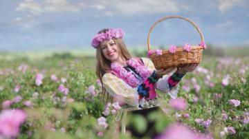 Детска учителка от Хисаря е лице на България на японска пощенска марка