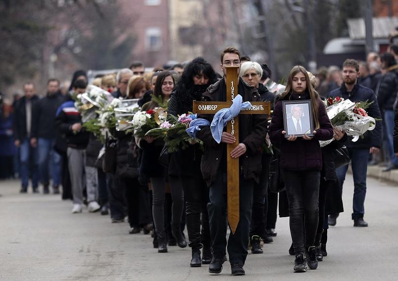 Жители на Косовска Митровица отдадоха последна почит на убития вчера