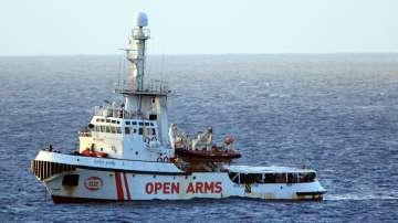 Италианската брегова охрана прие още 8 мигранти от кораба Оупън Армс