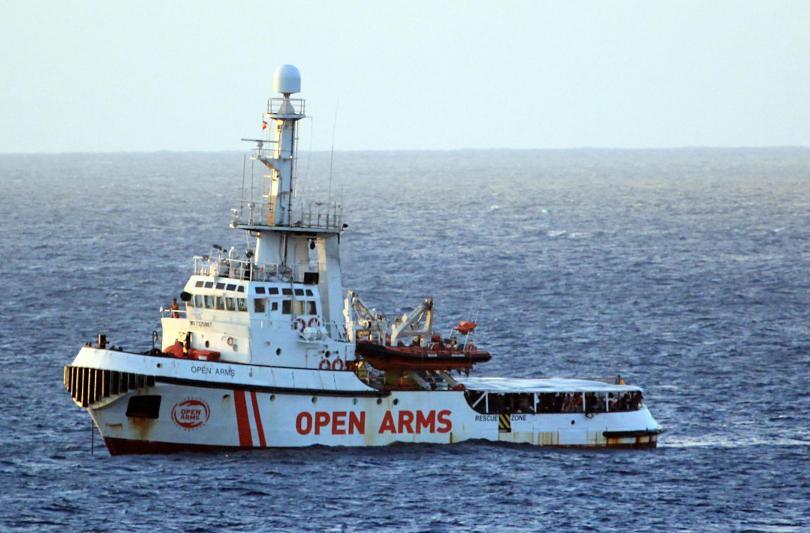 Италианската брегова охрана прие още 8 мигранти от кораб на
