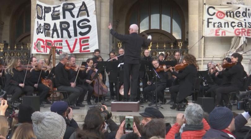 Музиканти от Парижката опера изнесоха безплатен концерт на открито. По
