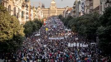 Протестиращи искат оставката на чешкия премиер на най-масовия митинг от 30 г.