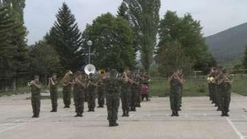 За първи път от десетилетия: Военните духови оркестри свирят заедно на парада
