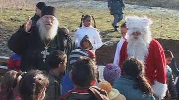 Дядо Коледа зарадва децата от приюта на отец Иван в село Якимово