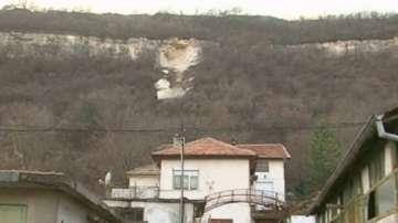 Продължава да е отцепен районът в Провадия, където се откъснаха скални отломки