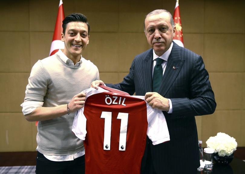 Решението на германският футболист от турски произход Месут Йозил да
