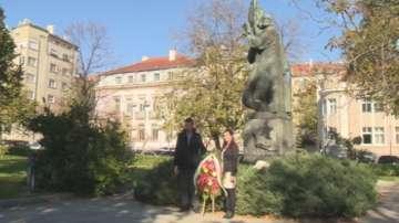 Културни институции положиха венци пред паметника на Паисий Хилендарски