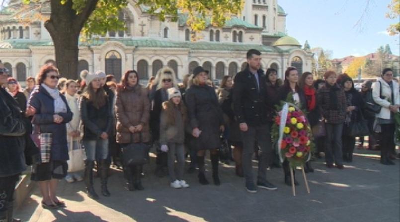 снимка 1 Културни институции положиха венци пред паметника на Паисий Хилендарски