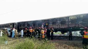 Най-малко 73 души загинаха при пожар във влак в Пакистан