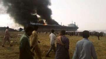 Най-малко 10 души загинаха в пожар на петролен танкер в Пакистан