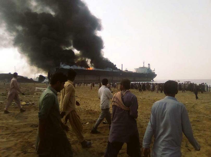 снимка 1 Най-малко 10 души загинаха в пожар на петролен танкер в Пакистан