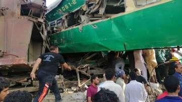 Най-малко 10 жертви след сблъсък на два влака в Пакистан