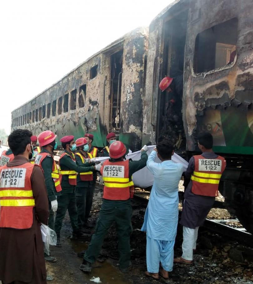 снимка 1 Най-малко 73 души загинаха при пожар във влак в Пакистан