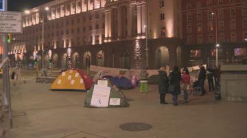 Протестиращите сестри разпънаха палатков лагер пред Министерския съвет