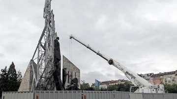 Протестиращи срещу демонтажа на паметника пред НДК: Това е невежество!