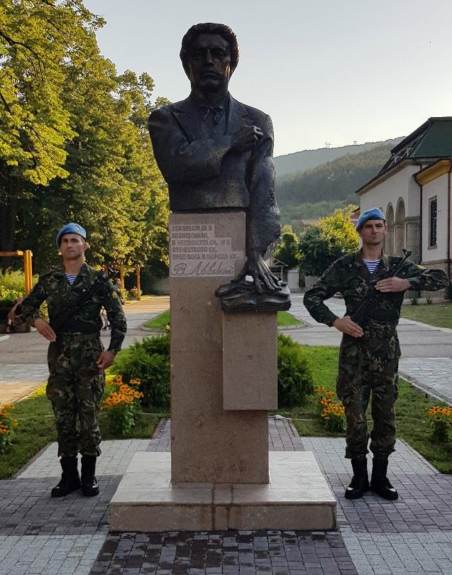 снимка 1 Паметник на Васил Левски бе открит в Пещера