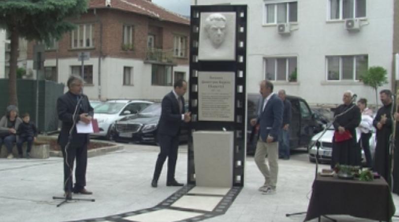 Мраморен паметник на режисьора Людмил Кирков издигнаха във Враца. Кирков