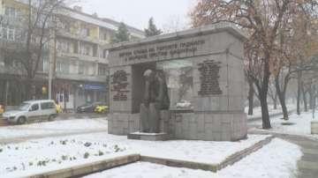 12-годишно момче се извини за надраскан паметник в Русе и го почисти сам