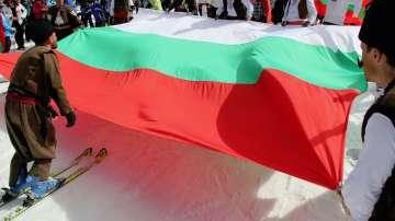 На ски с българското знаме и народни носии в Пампорово