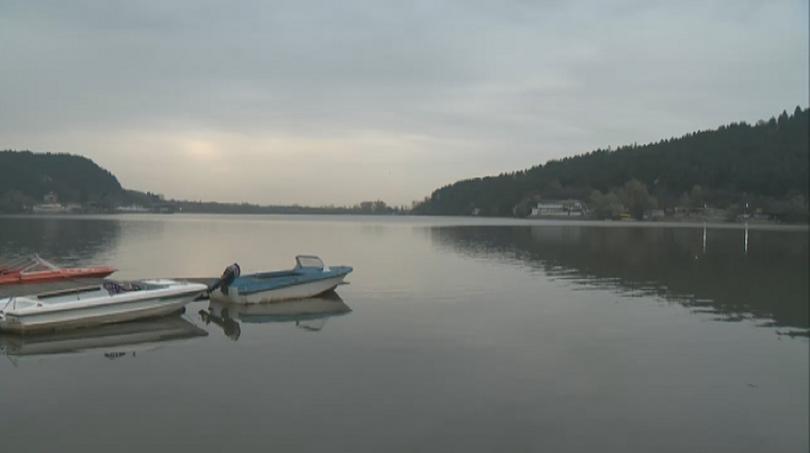 Мръсотия и боклуци в езерото край Панчарево и то в