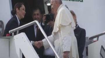 Исторически момент - папа Франциск пристига на Арабския полуостров
