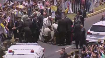Папата спря кортежа, за да помогне на полицайка
