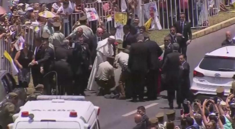 Папа Франциск спря кортежа си, за да помогне на полицайка.