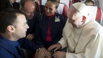 Папата венча двойка стюарди на борда на самолет