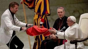 Забавни подаръци за папата на последната му аудиенция за годината