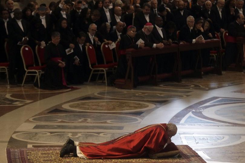 снимка 1 Папата отслужи служба за Разпети петък