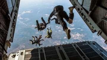 Жена оцеля при падане от 1,5 км, след като парашутът ѝ не се отвори