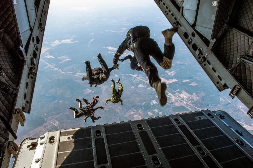 жена оцеля падане парашутът ѝ отвори