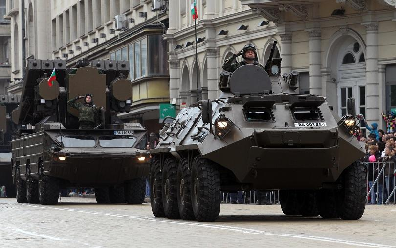 """Ляво: зенитно-ракетен комплекс """"Оса"""", дясно: БТП-60 от състава на Българската армия, показани по време на парад по случай Деня на армията 6 май"""