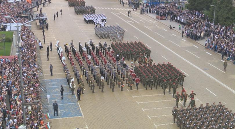 снимка 1 Над 1600 военни участваха във военния парад за Деня на храбростта