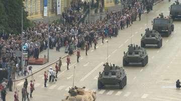 Над 1600 военни участваха във военния парад за Деня на храбростта