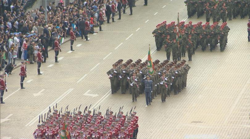 снимка 2 Над 1600 военни участваха във военния парад за Деня на храбростта