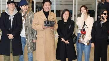 Екипът на Паразит се завърна в Южна Корея след триумфа на Оскарите