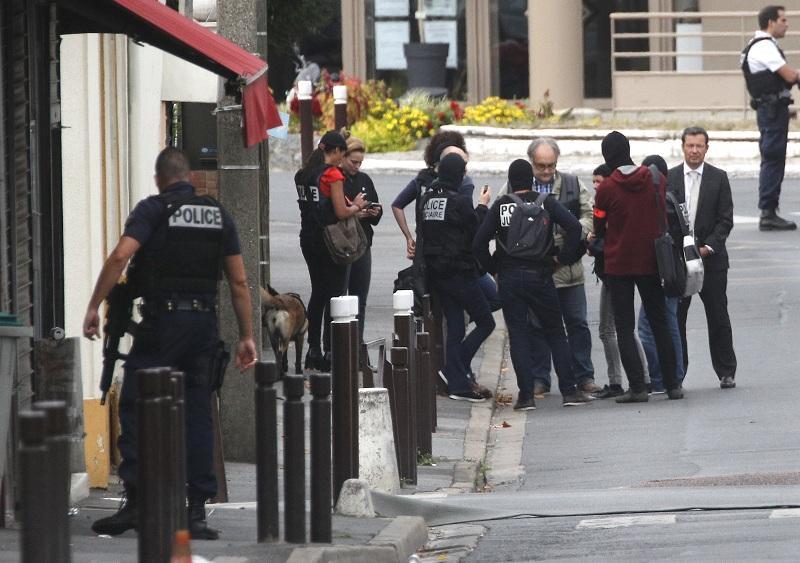 Заговор за бомбени нападения в Париж беше разкрит след сигнал на гражданин