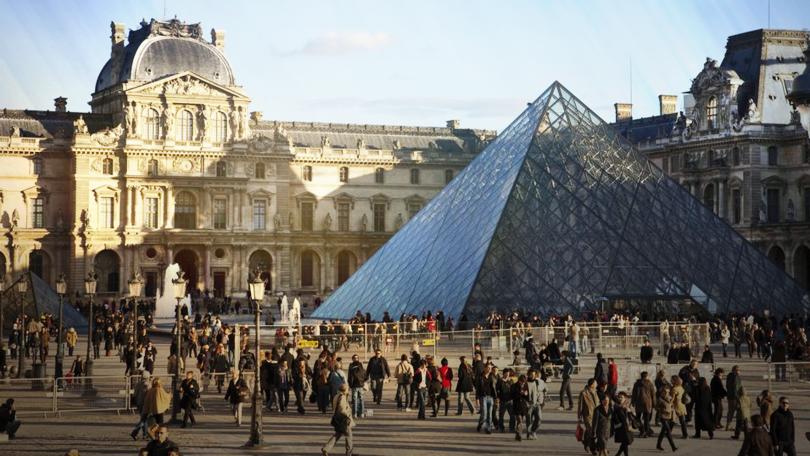 Нов закон във Франция наказва с глоба непристойно поведение спрямо